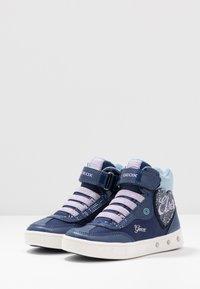 Geox - SKYLIN GIRL FROZEN ELSA - Zapatillas altas - navy/lilac - 2