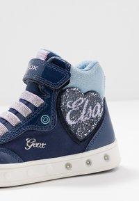 Geox - SKYLIN GIRL FROZEN ELSA - Zapatillas altas - navy/lilac - 5