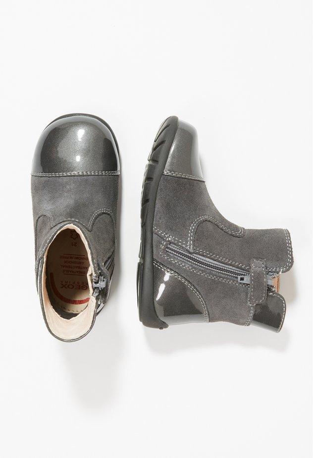 B KAYTAN I - Zapatos de bebé - dark grey