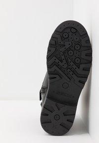 Geox - CASEY GIRL WPF - Šněrovací kotníkové boty - black - 5