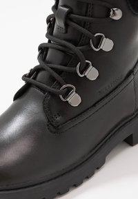 Geox - CASEY GIRL WPF - Šněrovací kotníkové boty - black - 2