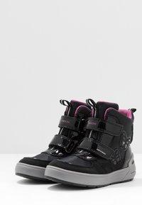 Geox - SLEIGH GIRL ABX - Stivali da neve  - black/fuchsia - 2