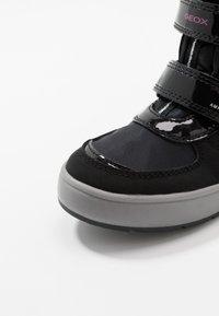 Geox - SLEIGH GIRL ABX - Stivali da neve  - black/fuchsia - 5