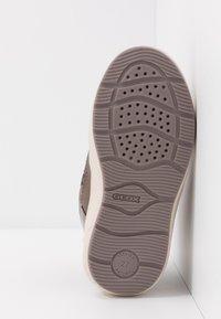 Geox - SLEIGH GIRL  - Stivali da neve  - dark beige - 5