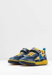 Geox - INEK BOY - Baskets basses - navy/yellow - 2