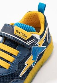 Geox - INEK BOY - Baskets basses - navy/yellow - 5