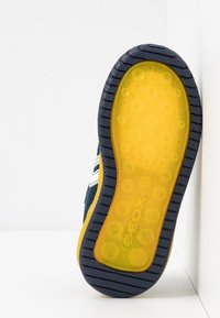 Geox - INEK BOY - Baskets basses - navy/yellow - 4