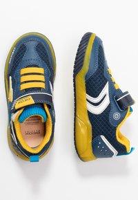 Geox - INEK BOY - Baskets basses - navy/yellow - 1