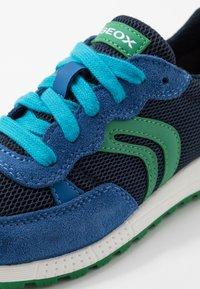 Geox - ALBEN BOY - Zapatillas - royal/green - 2