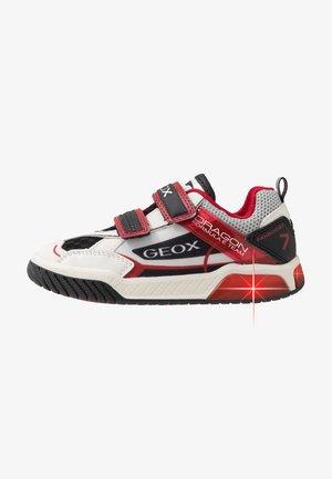 INEK BOY - Zapatillas - white/red