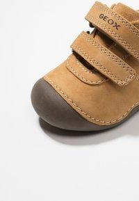 Geox - TUTIMI - Dětské boty - biscuit - 2