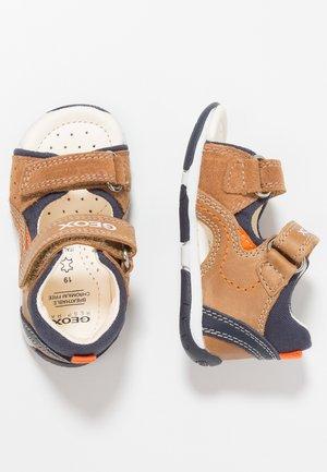 TAPUZ BOY - Zapatos de bebé - caramel/navy