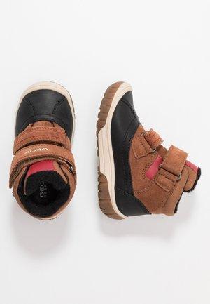 OMAR BOY WPF - Dětské boty - tan/navy