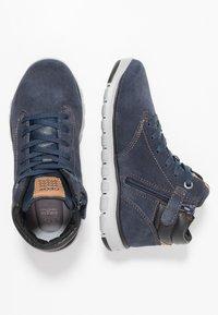 Geox - XUNDAY BOY - Zapatillas altas - navy/black - 0