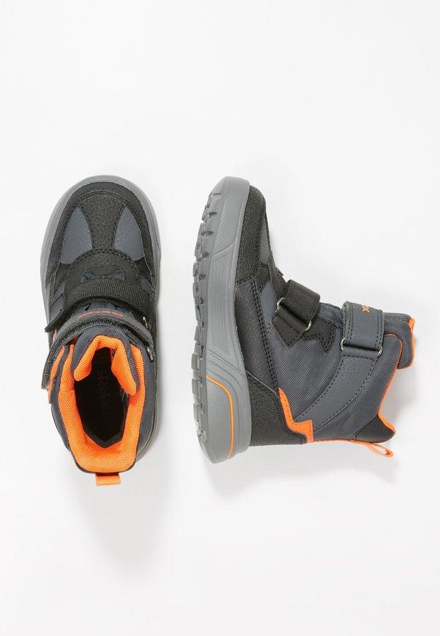 SVEGGEN BOY - Botas para la nieve - black/orange