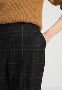 Gestuz - SATILLA SID CULOTTES - Pantalon classique - black - 3
