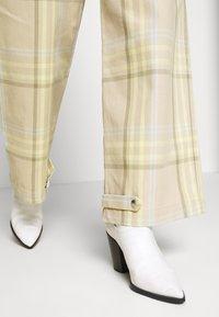 Gestuz - NOORI - Trousers - sand - 3