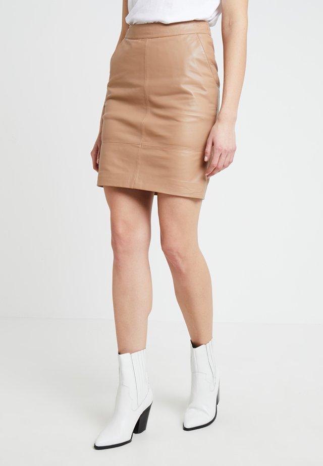 CHAR MINI SKIRT - Kožená sukně - burro