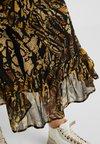 Gestuz - TASNIM SKIRT - Áčková sukně - stripe yellow snake