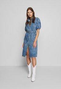 Gestuz - DACYGZ DRESS - Robe en jean - medium blue - 1