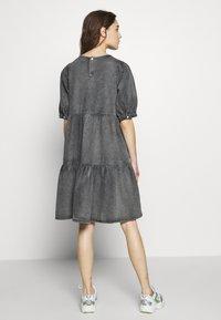 Gestuz - SAMMIGZ DRESS  - Dongerikjole - washed black - 2