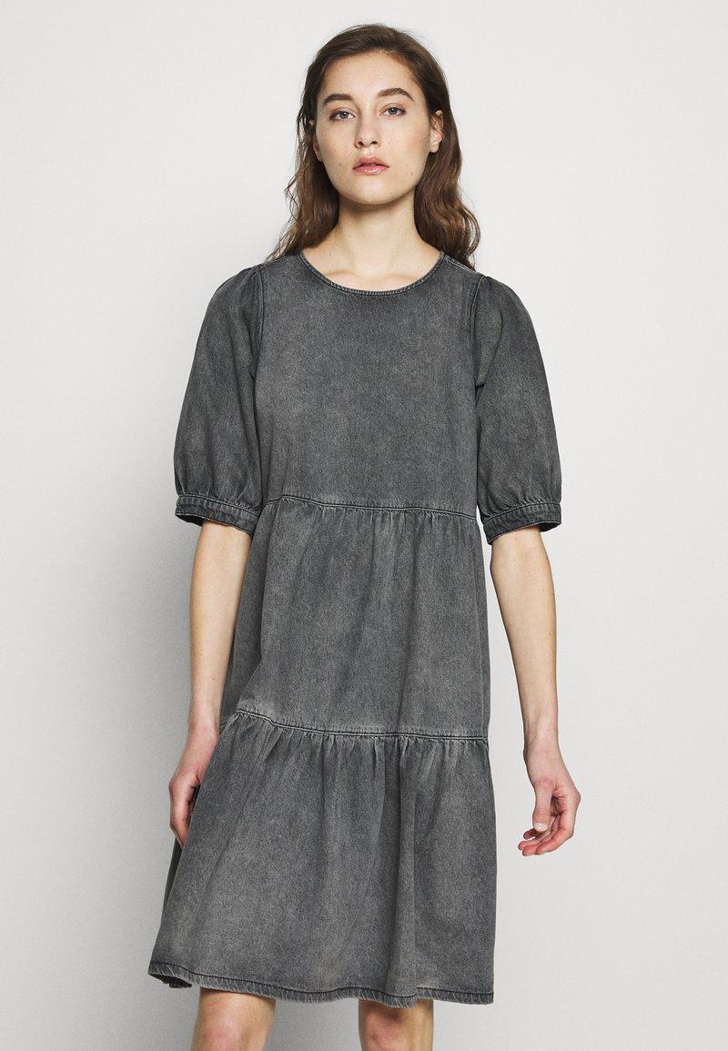 Gestuz - SAMMIGZ DRESS  - Dongerikjole - washed black