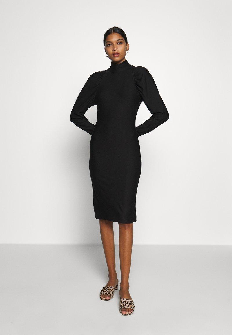 Gestuz - RIFAGZ SLIM DRESS - Žerzejové šaty - black