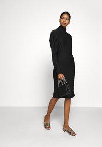 Gestuz - RIFAGZ SLIM DRESS - Žerzejové šaty - black - 1