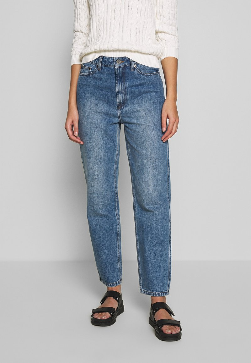 Gestuz - DACY MOM JEANS - Straight leg jeans - medium blue