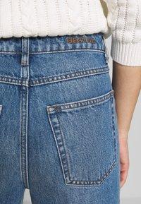 Gestuz - DACY MOM JEANS - Straight leg jeans - medium blue - 4