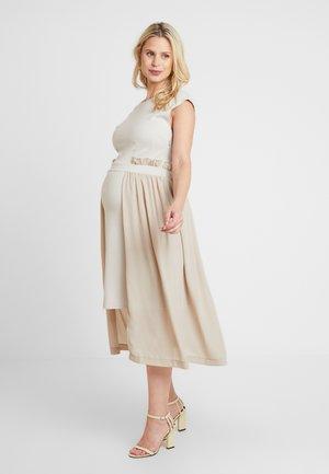 DRESS - Žerzejové šaty - camel