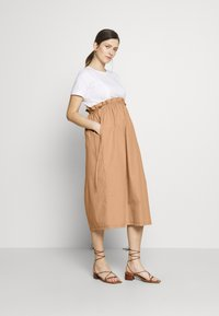 Gebe - DRESS ITALY NURSING - Sukienka z dżerseju - white/camel - 1