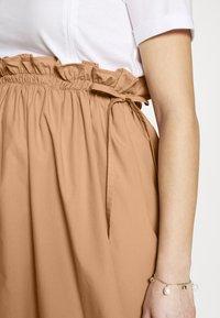 Gebe - DRESS ITALY NURSING - Sukienka z dżerseju - white/camel - 6