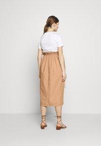 Gebe - DRESS ITALY NURSING - Sukienka z dżerseju - white/camel - 2