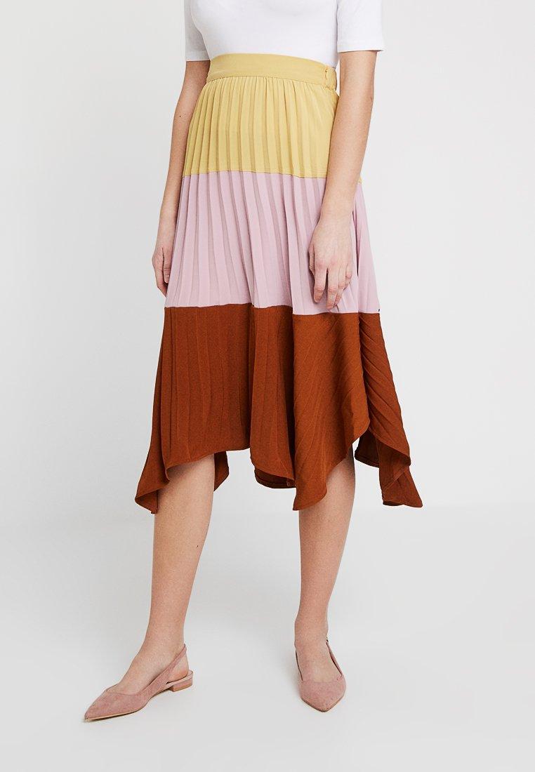 Ghospell - ALTITUDE COLOURBLOCK SKIRT - Pleated skirt - pink/bordeaux