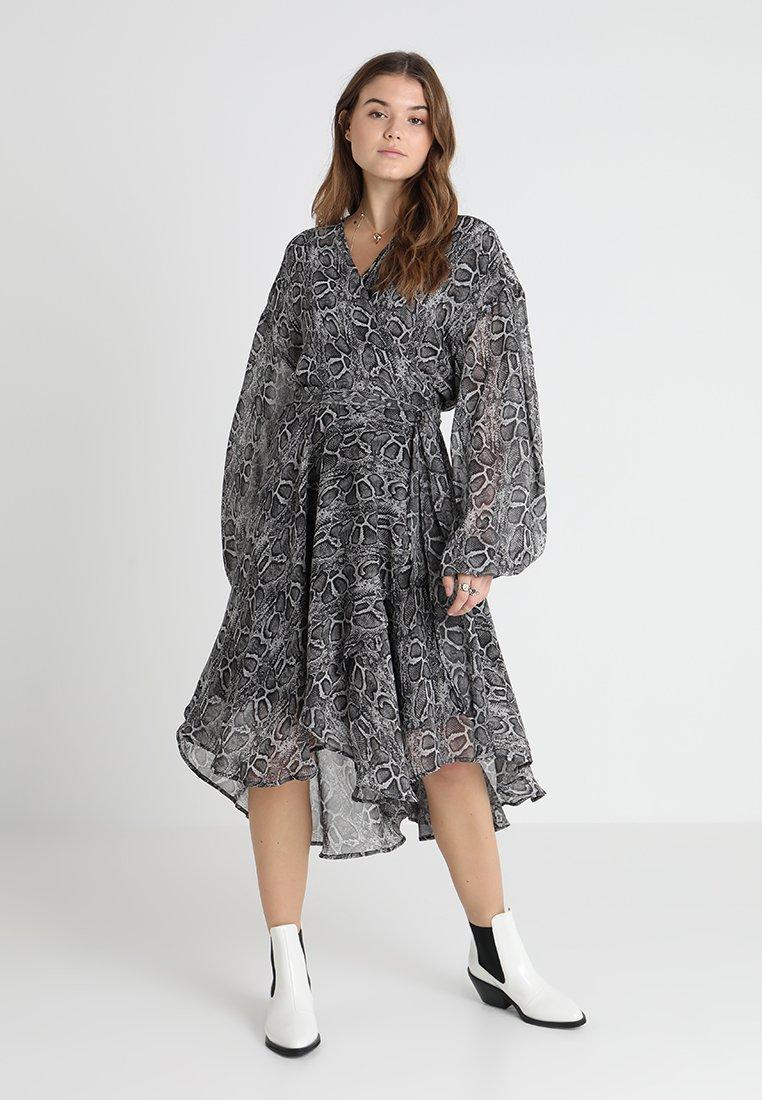 Ghospell - SLITHER WRAP MIDI DRESS - Maxi šaty - grey