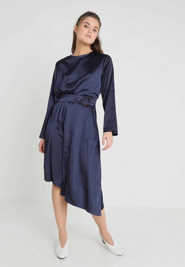UPTOWN BUCKLE DRESS - Sukienka letnia - navy