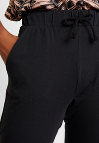 Gina Tricot - SALLY CARGO TROUSERS - Teplákové kalhoty - offblack - 4