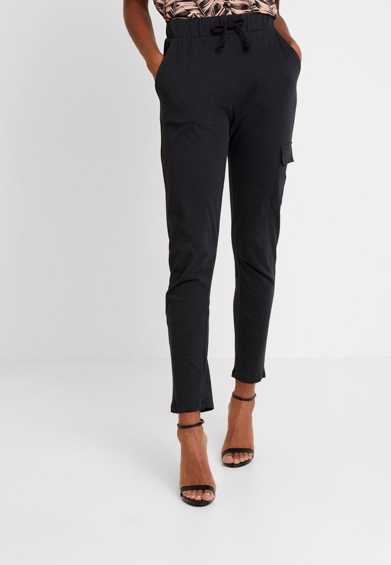 Gina Tricot - SALLY CARGO TROUSERS - Teplákové kalhoty - offblack