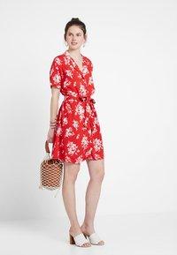 Gina Tricot - BLENDA BUTTON DOWN DRESS - Blousejurk - blossom red - 1