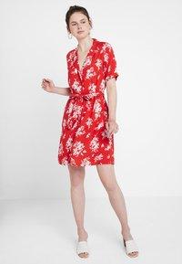 Gina Tricot - BLENDA BUTTON DOWN DRESS - Blousejurk - blossom red - 0
