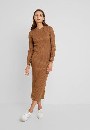 EXCLUSIVE SIGNE DRESS - Strikket kjole - toasted coconut