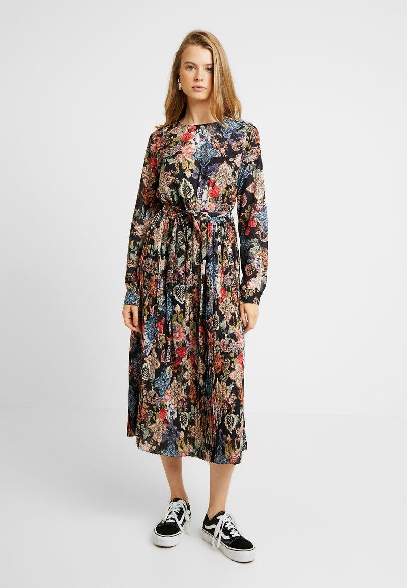 Gina Tricot - ASTRID PLEATED DRESS - Denní šaty - black/pink