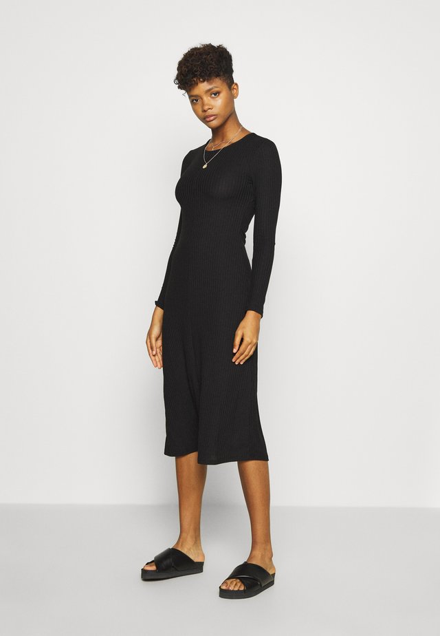 YOLANDA DRESS - Pletené šaty - black