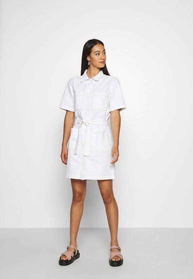UTILITY DRESS - Sukienka jeansowa - raw white
