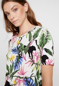 Gina Tricot - Blusa - white jungle - 4