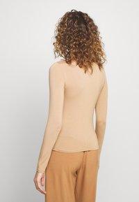 Gina Tricot - DORSIA TURTLENECK - Topper langermet - camel beige - 2