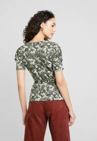 Gina Tricot - WRAP TOP - T-shirt med print - greengarden - 2