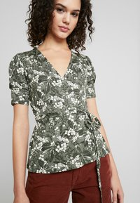 Gina Tricot - WRAP TOP - T-shirt med print - greengarden - 3