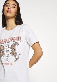 Gina Tricot - EDITH TEE - T-shirt z nadrukiem - offwhite - 3